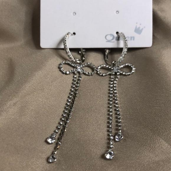 Bow tie dropping earrings